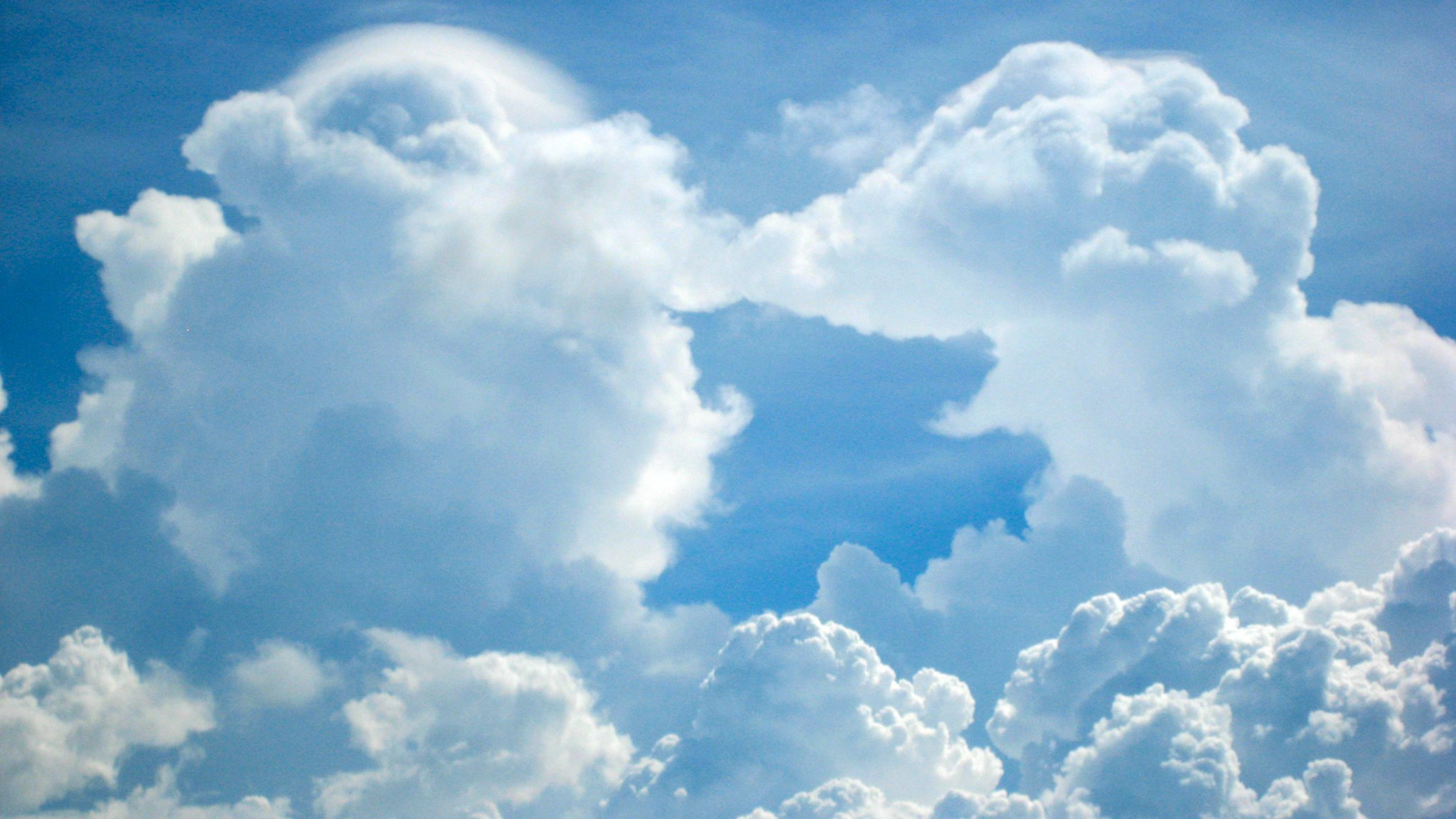 Spelende olifanten in de wolken